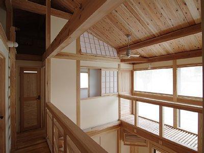 小田原の家=神奈川県 海風が通り抜ける吹抜けと大黒柱の家の部屋 廊下から吹き抜け、キャットウォーク