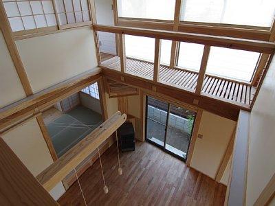小田原の家=神奈川県 海風が通り抜ける吹抜けと大黒柱の家の部屋 廊下から吹き抜けを見下ろす