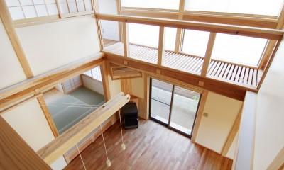 小田原の家=神奈川県 海風が通り抜ける吹抜けと大黒柱の家 (廊下から吹き抜けを見下ろす)
