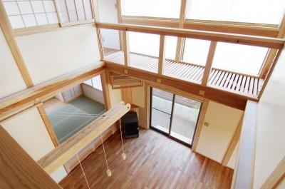 廊下から吹き抜けを見下ろす (小田原の家=神奈川県 海風が通り抜ける吹抜けと大黒柱の家)