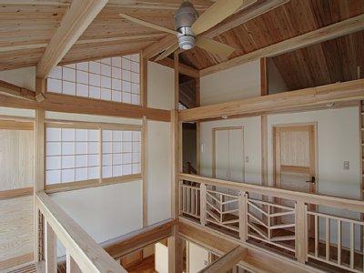 小田原の家=神奈川県 海風が通り抜ける吹抜けと大黒柱の家の部屋 シーリングファンのある空間