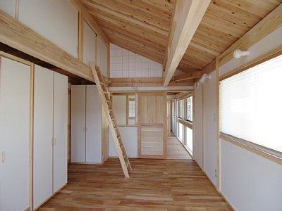 小田原の家=神奈川県 海風が通り抜ける吹抜けと大黒柱の家の部屋 木を感じる寝室