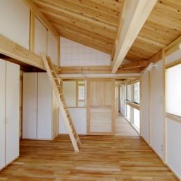 小田原の家=神奈川県 海風が通り抜ける吹抜けと大黒柱の家 (木を感じる寝室)