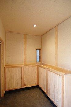 小田原の家=神奈川県 海風が通り抜ける吹抜けと大黒柱の家の部屋 隠し取手のある下足収納
