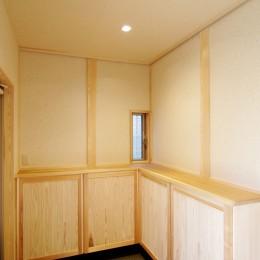 小田原の家=神奈川県 海風が通り抜ける吹抜けと大黒柱の家 (隠し取手のある下足収納)