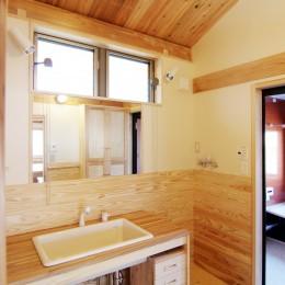 小田原の家=神奈川県 海風が通り抜ける吹抜けと大黒柱の家 (光が差し込む洗面室)