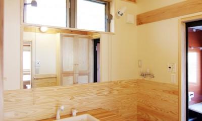光が差し込む洗面室|小田原の家=神奈川県 海風が通り抜ける吹抜けと大黒柱の家