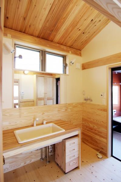 光が差し込む洗面室 (小田原の家=神奈川県 海風が通り抜ける吹抜けと大黒柱の家)