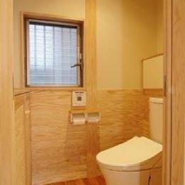 小田原の家=神奈川県 海風が通り抜ける吹抜けと大黒柱の家 (一体型のコンパクト型トイレ)