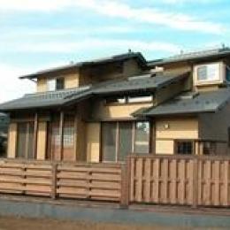 見沼の家=埼玉県 野草、野鳥と木工芸の家 (木の塀は伝統的な大和貼をアレンジした和風モダンな外観)