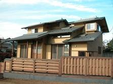 見沼の家=埼玉県 野草、野鳥と木工芸の家の部屋 木の塀は伝統的な大和貼をアレンジした和風モダンな外観