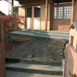 見沼の家=埼玉県 野草、野鳥と木工芸の家 (いぶし瓦を再利用して敷いたアプローチ)