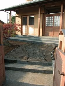 見沼の家=埼玉県 野草、野鳥と木工芸の家の部屋 いぶし瓦を再利用して敷いたアプローチ