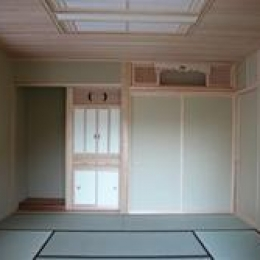 見沼の家=埼玉県 野草、野鳥と木工芸の家 (床の間、造り付けの仏壇、神棚をもうけた和室)