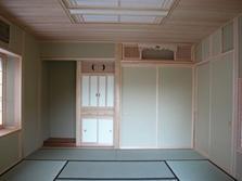 見沼の家=埼玉県 野草、野鳥と木工芸の家の部屋 床の間、造り付けの仏壇、神棚をもうけた和室