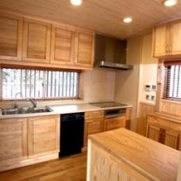 見沼の家=埼玉県 野草、野鳥と木工芸の家 (北海道桜の扉が吊り込まれたキッチン)