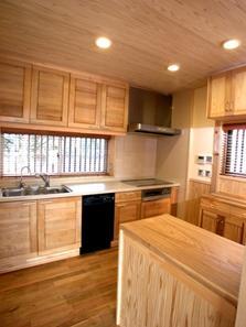 見沼の家=埼玉県 野草、野鳥と木工芸の家の部屋 北海道桜の扉が吊り込まれたキッチン