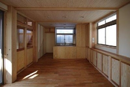 田園調布の家=東京都 光と風と子供たちを招く家 (2本の大黒柱が支える空間)