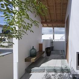 青石を玄関やポーチの敷石として再利用