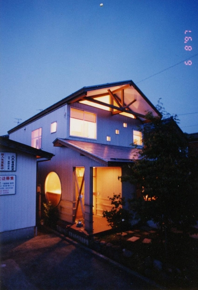 浮遊ルーフの家 (外観 夜景)