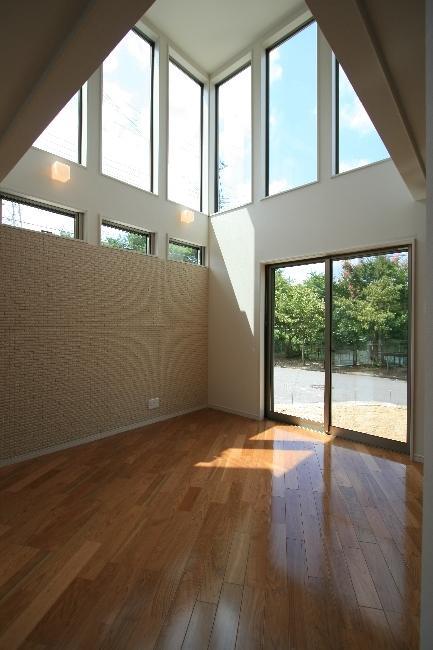 光の箱~水辺の行灯~の部屋 ハイサイドライトと掃き出し窓のあるリビング