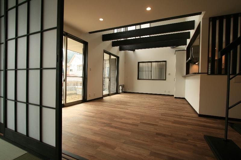 けやき坂の民家の部屋 白壁に映える黒い梁のあるLDK・和室