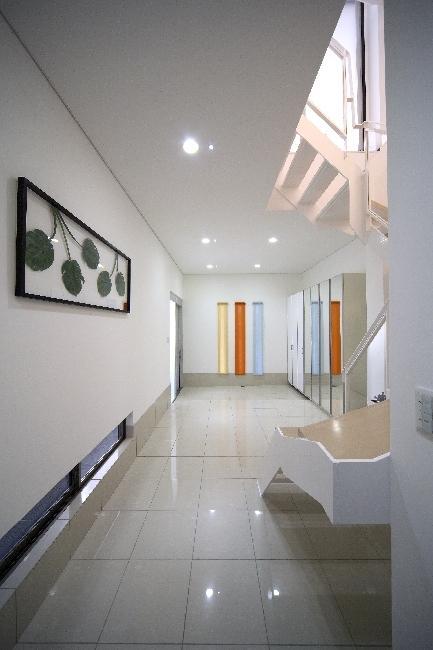 大阪城を望む都市型住宅の部屋 白を基調とした明るい空間