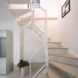 大阪城を望む都市型住宅 (各階を繋ぐオープン型階段)