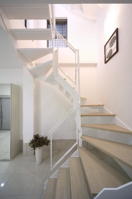 大阪城を望む都市型住宅の部屋 各階を繋ぐオープン型階段