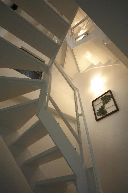 大阪城を望む都市型住宅の部屋 オープン型階段を見上げる