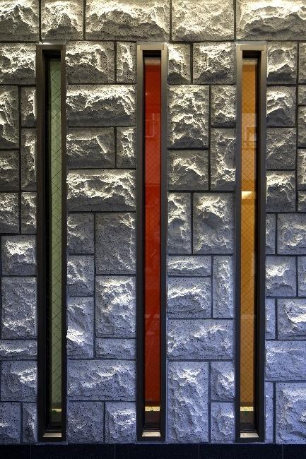 大阪城を望む都市型住宅の部屋 縦長のスリット窓