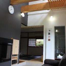 青葉台の郊外住宅 (吹き抜けのある高天井のリビング)