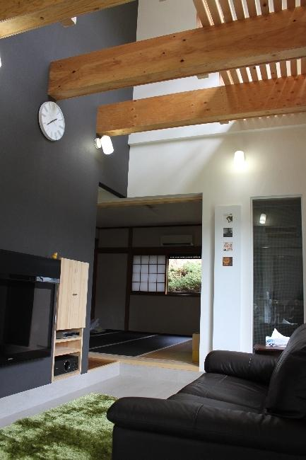青葉台の郊外住宅の部屋 吹き抜けのある高天井のリビング