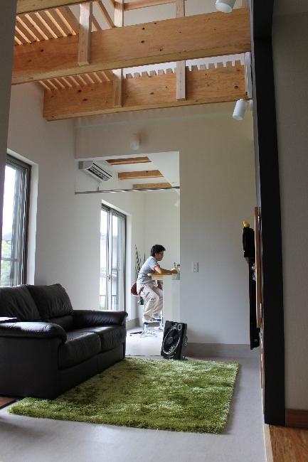 青葉台の郊外住宅の部屋 吹き抜けのある高天井のリビングダイニング