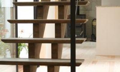 ガレージの家 (木製のオープン型階段)
