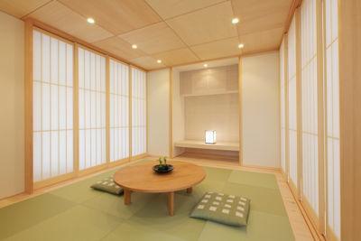 ガレージの家 (琉球畳を敷き詰めた明るい和室)