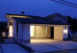 ガレージの家 (ビルトインガレージのある外観 (夜景))