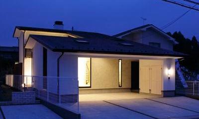 ビルトインガレージのある外観 (夜景)|ガレージの家