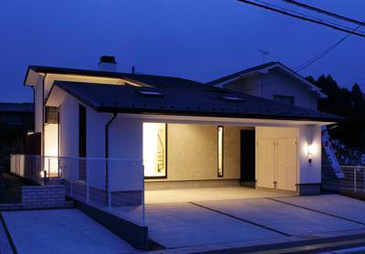 ガレージの家の写真 ビルトインガレージのある外観 (夜景)