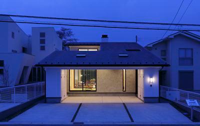 ガレージの家の写真 ビルトインガレージのある外観(夜景)
