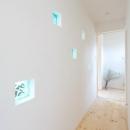 青いガラスブロックを埋め込んだ壁のある廊下