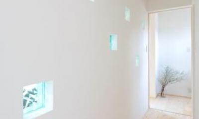 hidamari (青いガラスブロックを埋め込んだ壁のある廊下)