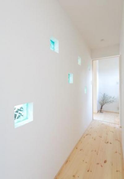 青いガラスブロックを埋め込んだ壁のある廊下 (hidamari)