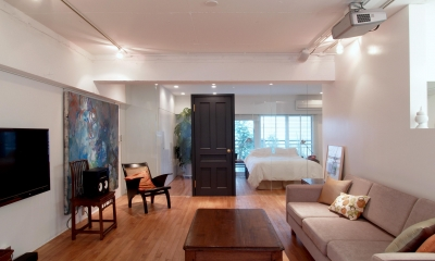ALICE —広々とした部屋にそびえる一枚のドア!?