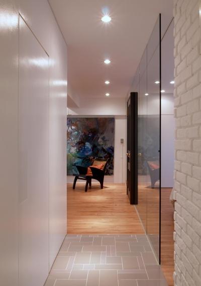 玄関からリビング方面へ (ALICE —広々とした部屋にそびえる一枚のドア!?)
