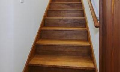 12tubo (白い壁と木目の階段)