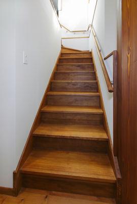12tuboの部屋 白い壁と木目の階段