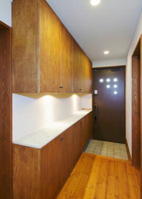 12tuboの部屋 収納棚のある玄関