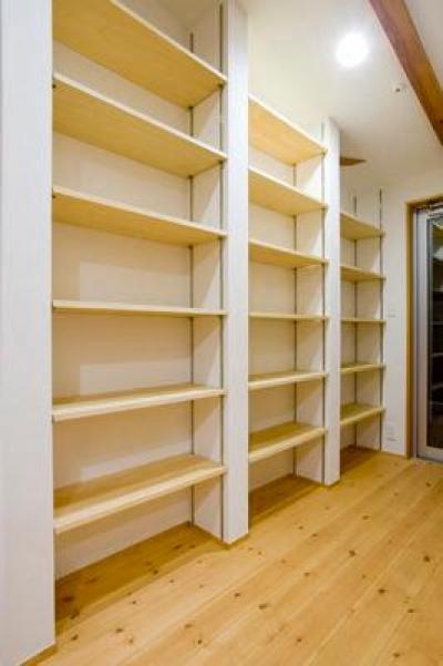 収納棚 (白壁と木の家)