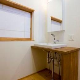 白壁と木の家 (シンプルな洗面台)